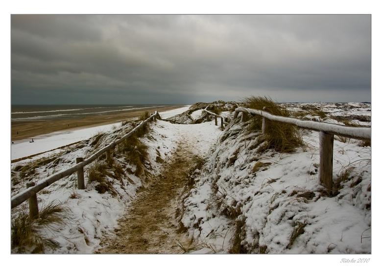 Boven over de duinen - Op de dag voor de marathon van Egmond liepen wij over de duinen richting bergen aan Zee. Koud, harde wind, gewoon guur. Voor de