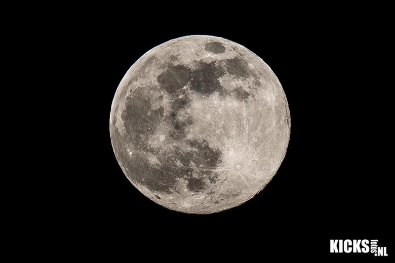 Supermaan - Een supermaan is een volle maan die groter en helderder opkomt dan gewoonlijk. Ten gevolge van de elliptische baan van de maan rond de aar