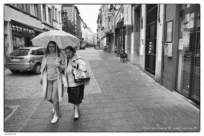 We are family - Gemaakt in de straten van Antwerpen en echt vrolijk werd ik niet van deze dames.
