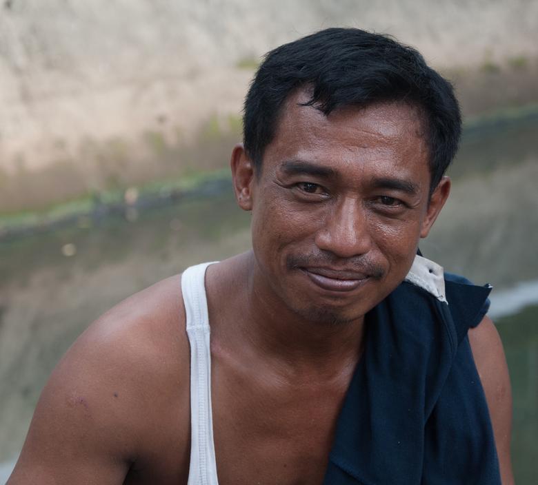 Karakter - In een wijk in Jakarta stopten we even om wat te drinken in een klein park. Daar zat een groep mensen die aan mij vroegen of ik ze op de fo