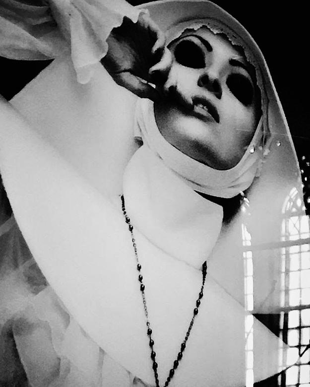 You're being watched 24 - De fotograaf van dit prachtige portret heeft mooi visueel verwoord wat ik al eens een non over het kloosterleven heeft verte