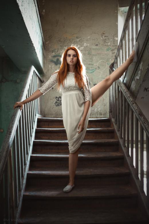 Wiktoria - Een Portret van Wiktoria in een oud trappenhuis in Wroclaw Polen. Lichtbron is natuurlijk licht dat het trappenhuis binnenkomt via een raam