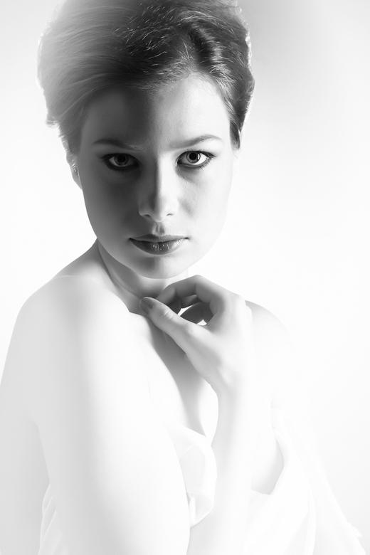 Laura BW - Portret-shoot van Laura. Gemaakt bij Marc Vreenegoor (mijnstudio.nu)