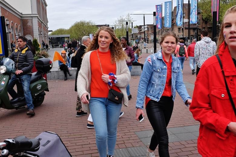 KONINGSDAG 2018... - ... op weg naar de binnenstad voor de Dance parade.