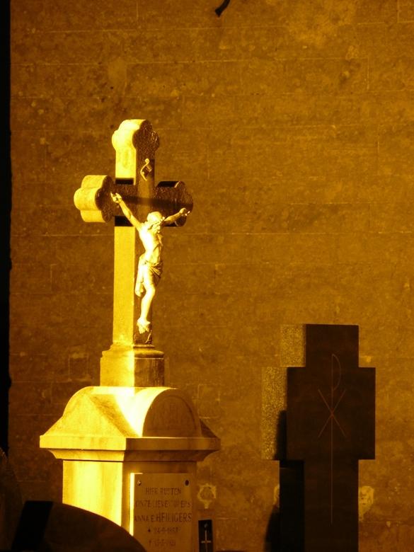 Jezus bij nacht - Gemaakt bij een nachtwandling.<br /> Stond bij een verlichte kerk