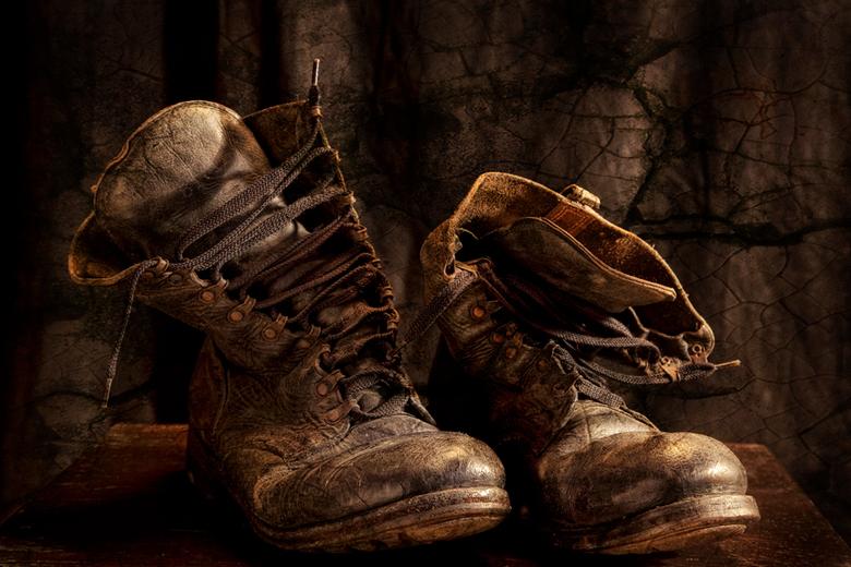 Forgotten old Shoes - Opname van een stel oude militaire kisten,spotlicht,lange sluitertijd.Bewerkt met contrasten,penselen .Doordrukken en tegenhoude