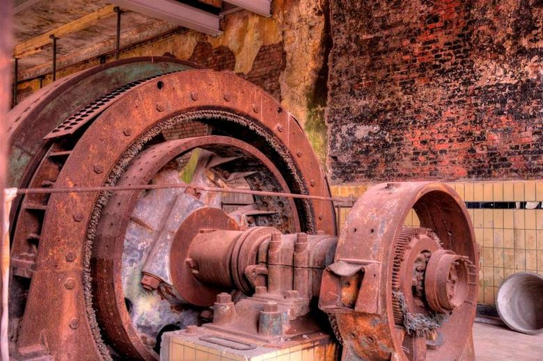 Machine in ruste - Gefotografeerd inde fabriek De Toekomst in Scheemda