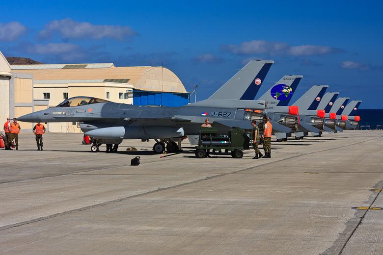 zes F-16's - Door de inzet van het technisch personeel, kon de zesde F-16 een dag later zich alsnog bij de ander vijf F-16&#039;s voegen.<br /> Hier
