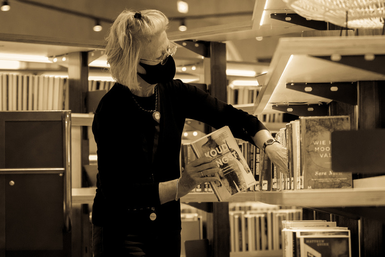 Weer terug op zijn plek... - Met veel toewijding worden de ingeleverde boeken weer op hun plekje gezet.<br /> Deze aardige mevrouw, die ik mocht foto
