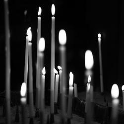 Kaarsen in het duister