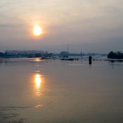 Opkomende zon bij de IJssel