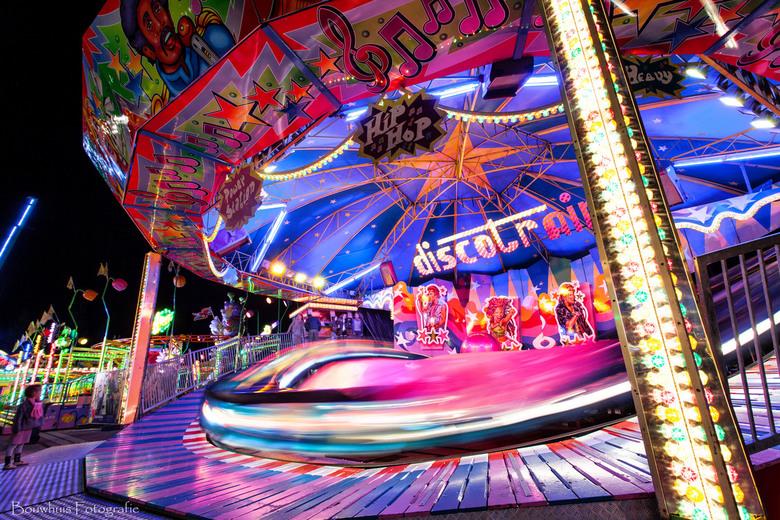 Discotrain - Long exposure foto van de kermisattractie 'discotrain'.