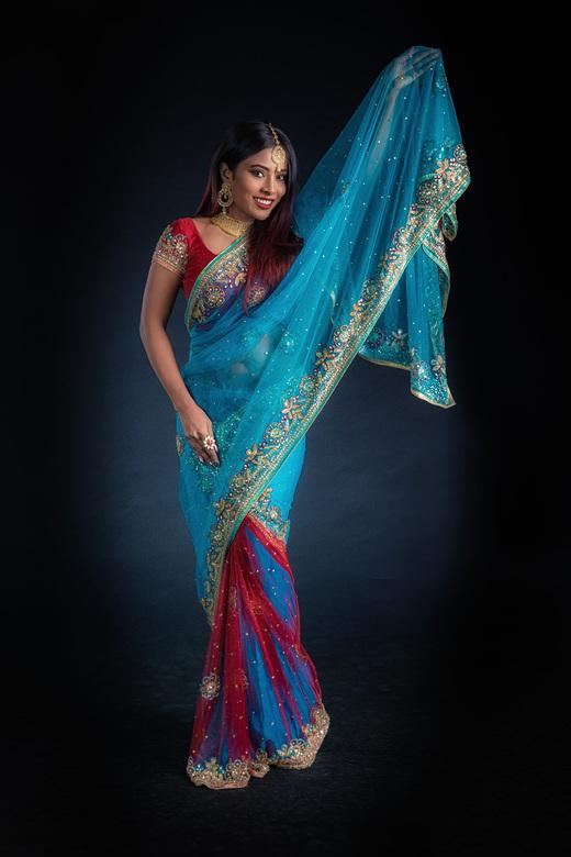 kleurrijk - Bollywoodactrice Nikita Gokhale in haar kleurrijke Indiase kleding.