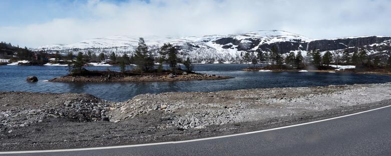 Meer in de buurt van Odda - Juni, maar het bleek er nog behoorlijk koud.