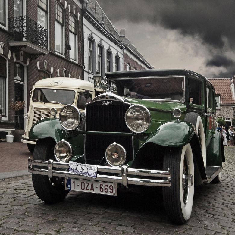 Oude tijden - Foto eind juni genomen tijdens de oldtimerdag op de markt in Groede. De auto's zijn niet beiden uit dezelfde tijd, maar door de sma