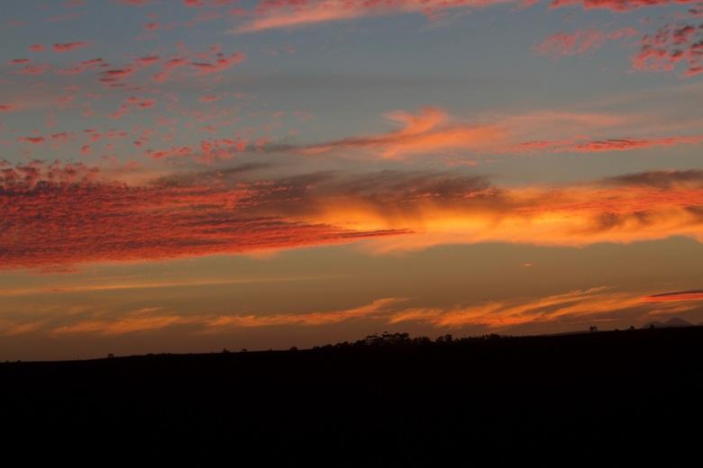 Sunset Savanne Zuid-Afrika  - De avond valt snel, prachtige zonsondergang boven de Savanne in <br /> Zuid Afrika