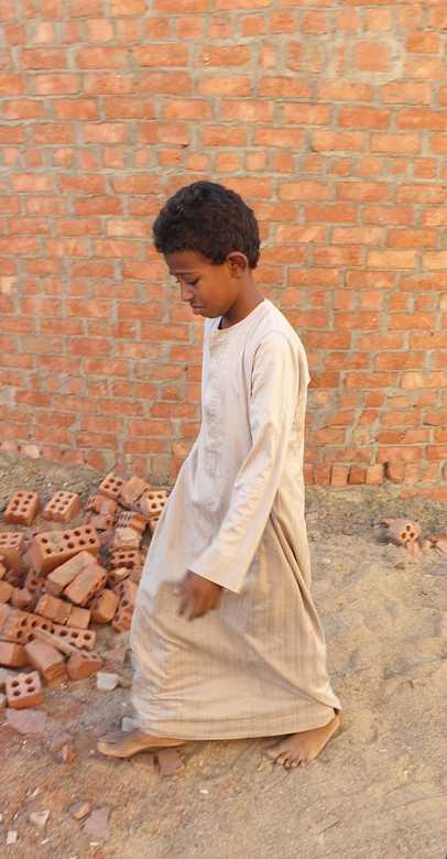 Treurend jongetje in Egypte - Tijdens een dagje cultuur proeven in El Quzier, Egypte, deed dit jongetje zijn uiterste best om aan geld te komen bij de
