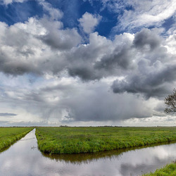 Wolken, zon en regenbui