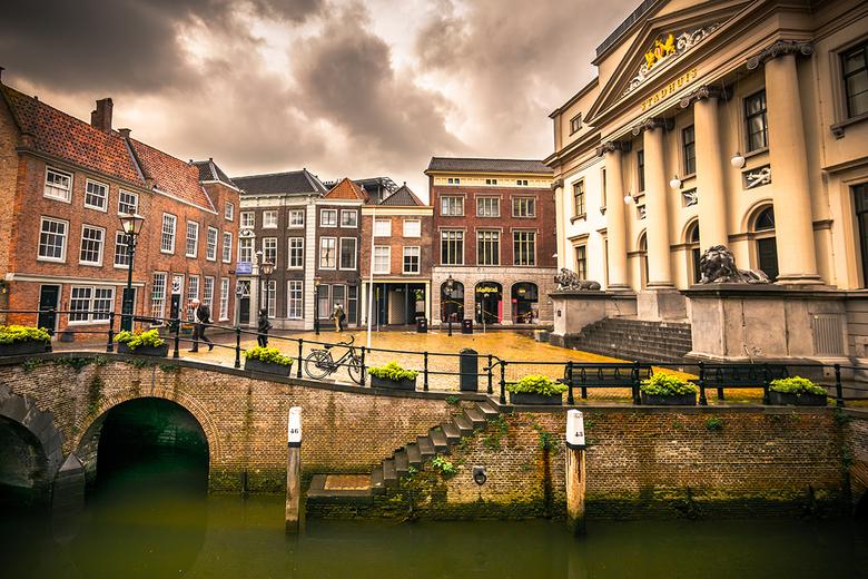 Stadhuis Dordrecht - Door de wolken en de laagstaande zon kleurt het centrum van Dordrecht. Tijdens een wandeling viel dit plaatje me direct op. Het s