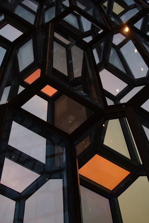 opera reykjavik - Het opera gebouw van Reykjavik met glaskunst aan de gevel, Er speelt licht in deze ruiten af wat lijkt op het noorderlicht.<br /> R