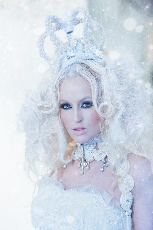 It's Cold to be the Queen - Geprobeerd om met model Danielle en MUA Hanae een ice queen look neer te zetten.<br /> <br /> Belicht met alleen de inst