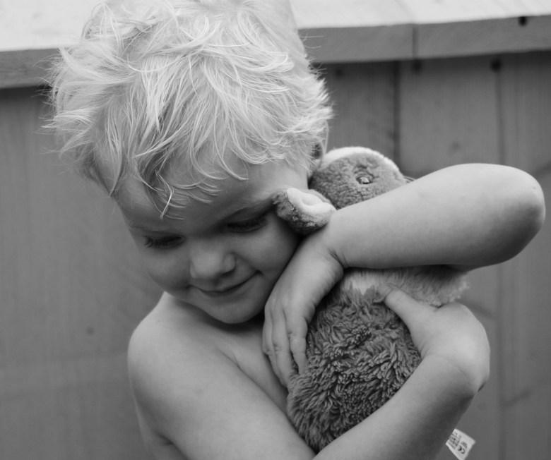 Met je knuffel - Mijn zoontje met zijn knuffel nijn is echt de liefste