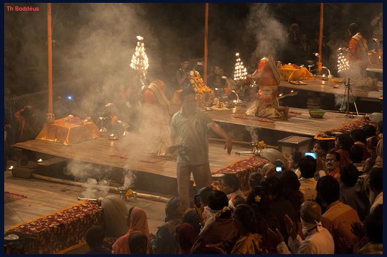 1503031183mw - dagsluiting 5 voor Hindoes in hun heilige stad Varanasi India sorry het kan niet zonder veel wierook