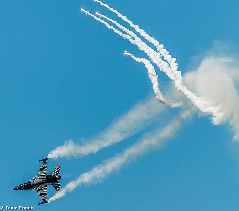 F-16 Fighting Falcon met Flares Demo België. - Luchtmachtdagen