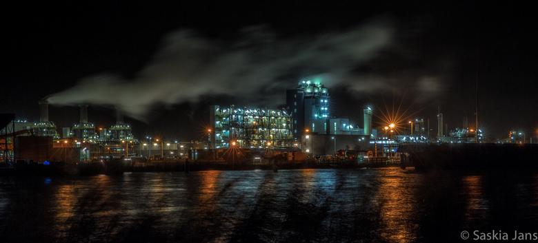 Industrieel gebied.... - Vrijdagavond na de storm in Eemshaven. In Delfzijl werden de laatste liters water afgevoerd, de mensen konden weer gerust zij