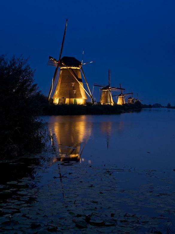 Kinderdijk at night 2 - Begin september werd het Lichtfestival gevierd bij Kinderdijk, waarbij vrijwel alle molens 's-avonds werden uitgelicht. H