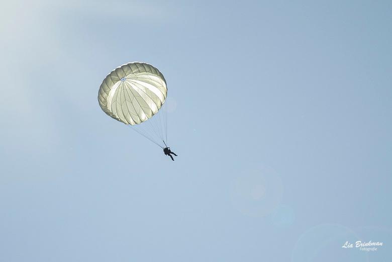 float on the wind - Float on the wind, <br /> Zo ontspannen en vredig als deze parachute naar beneden komt al zwevende op de wind,  staat in schril c
