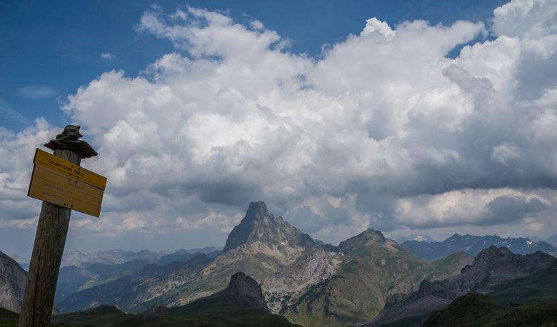 Pic du Midi d'Ossau - Pic du Midi d&#039;Ossau (2885m) in de Franse Pyreneeën, gezien vanaf Col des Moines. <br /> Wat ik mooi vind is de diepte en d