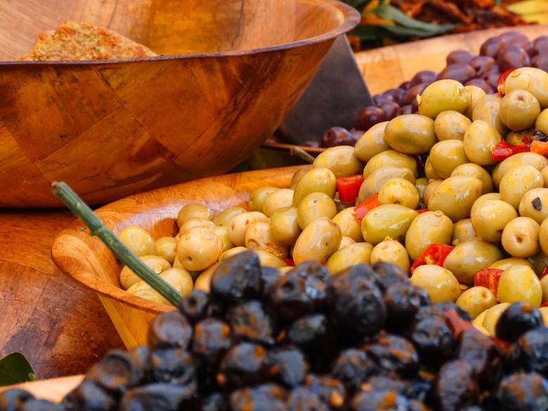 DSC02472 - Op een markt in Zuid Frankrijk de heerlijkste vruchten kopen.