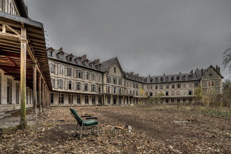 """Sanatorium Delirium - Een verlaten sanatorium, ergens in Frankrijk,.......ach als het eten maar goed is.. <img  src=""""/images/smileys/wilt.png""""/>"""