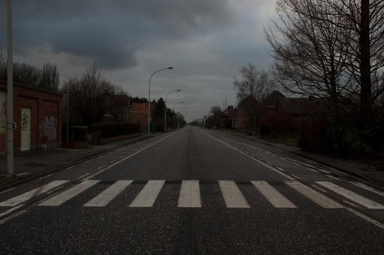 De toegangsweg naar Doel - De weg naar Doel toe, helemaal verlaten (een groep zoom-fotografen uitgezonderd...), gefotografeerd vanuit Doel.