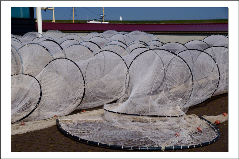 Netten drogen - Bij de visafslag in Stavoren was het ook heel rustig. De vissers konden met dit zonnige weer prima hun netten drogen.