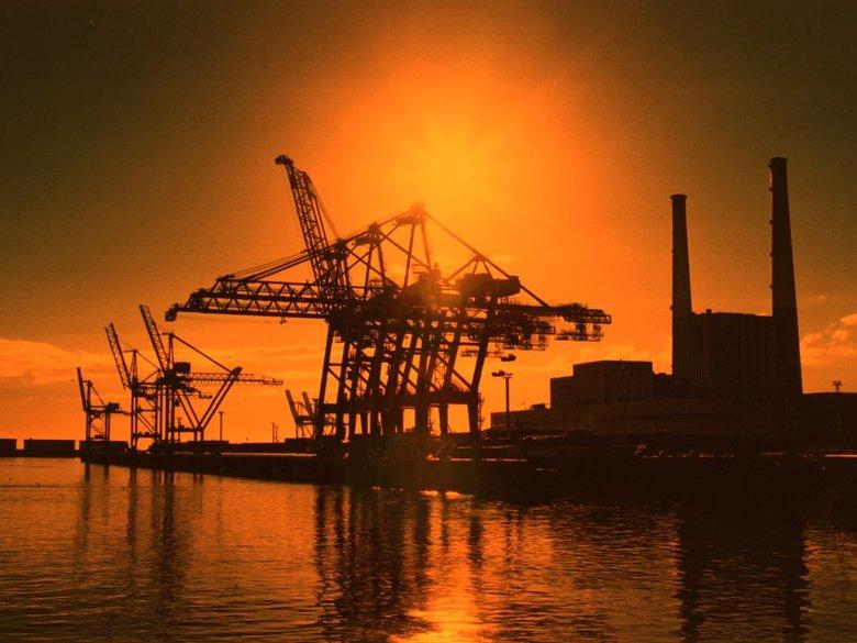 Le Havre - Deze kranen heb ik in 2000 opgeleverd in Le Havre, Frankrijk. de foto is genomen met ondergaande zon.