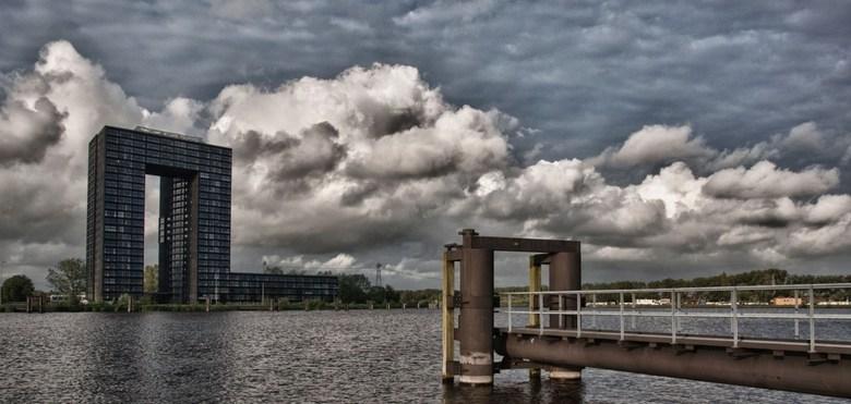 Aan het water - Foto is gemaakt in Groningen. Op de achtergrond de Tasmantoren. HDR
