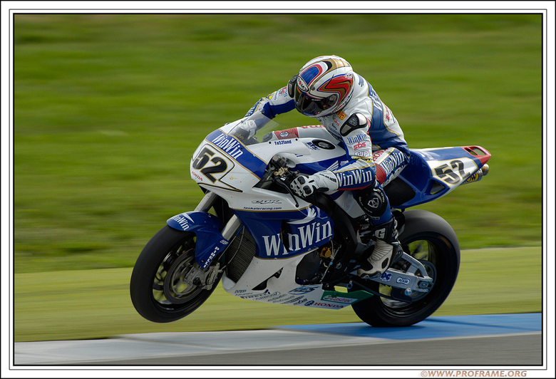 James Toseland - De Engelse coureur James Toseland op zijn WINWIN Ten Kate Honda probeert uit alle macht zijn motor recht en op de baan te houden na h