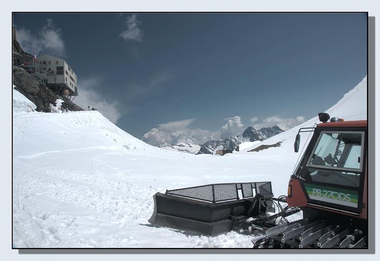 Pistentractor - Het sneeuwt weer een beetje, dus dit kan nog wel. Dit is een tot HDR omgewerkte plaat bestaande uit 3 verschillend belichtte RAW opnam