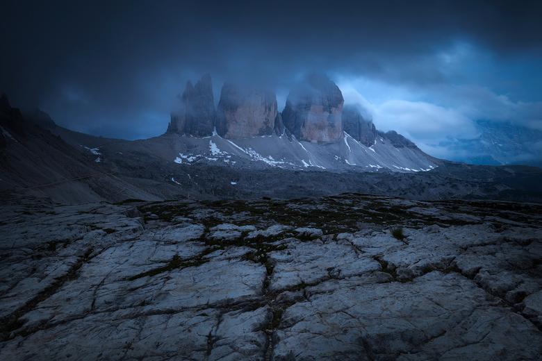 Blauwe uur in de Dolomieten - Foto genomen tijdens het blauwe uur bij Tre Cime di Lavaredo. Het icoon van de Dolomieten.<br /> <br /> Genomen op rei