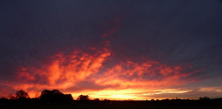 SunSet at 4nov 17:13 - helaas de laatste momenten van een schitterende zonsondergang in Apeldoorn.<br /> Uiteindelijk een plekje gevonden langs Kanaa