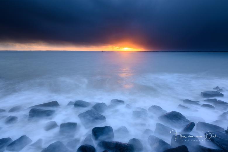 """Threat - De zon vocht voor een plekje tijdens een stormachtige zonsondergang. Een perfecte combinatie om aan de kust te staan. <img  src=""""/images/smil"""