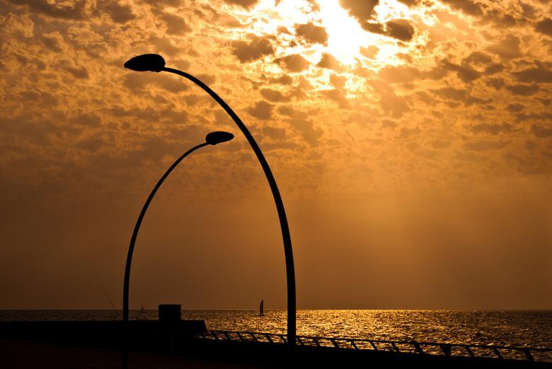 Golden Sunset - Na vele avonden tevergeefs gewacht te hebben op de ondergaande zon in Tel Aviv is het de laatste avond dan toch eindelijk gelukt <img