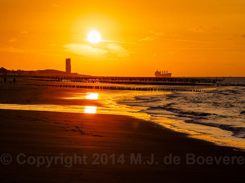 Zonsondergang - Zonsondergang in Breskens (Zeeland) aan de pier.<br /> Eigenlijk was ik iets heel anders aan het fotograferen. Maar het is wel eens g