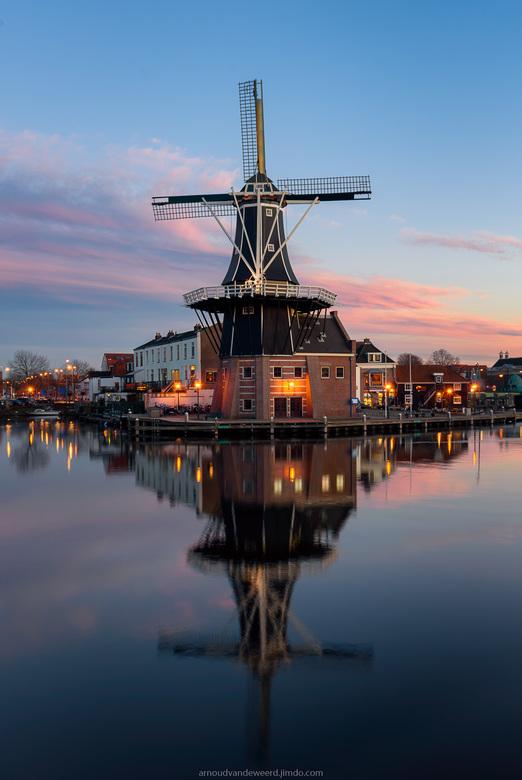 Molen 'De Adriaan' te Haarlem - Deze foto is samengesteld uit 3 foto's en is een dag naar nacht opname. Tussen elke foto zit een tijdspanne van c