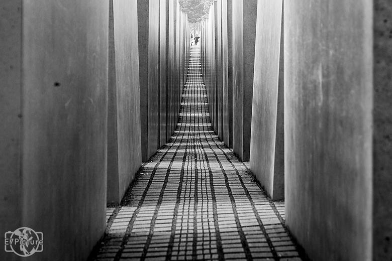 Holocaust monument - Bekend beeld. Het holocaust monument in Berlijn. De smalle paden en kille blokken beton moeten het beklemmende gevoel weergeven v