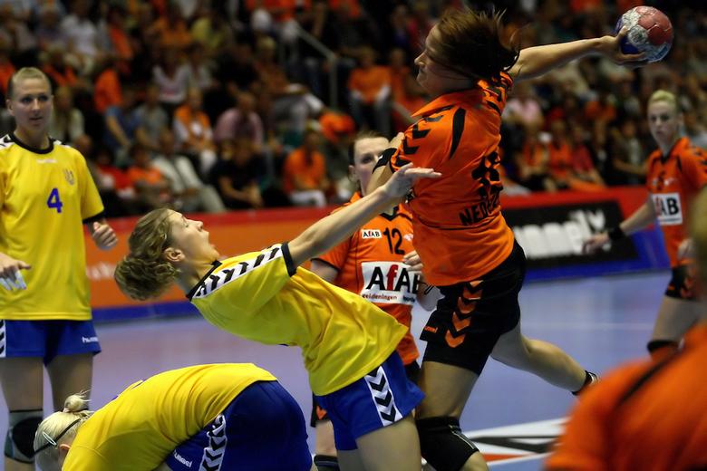 Harde acties - Enkele foto&#039;s gemaakt van het interland wedstrijd handbal Nederland-Oekraine.<br /> Helaas konden de dames geen poten breken.<br