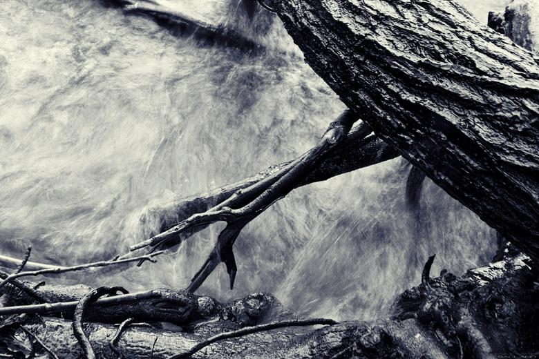 Stromend water - De laatste tijd ben ik aan het proberen meer in zwart/wit te fotograferen. Deze foto heb ik genomen in Plön, Duitlsand aan het Prinse