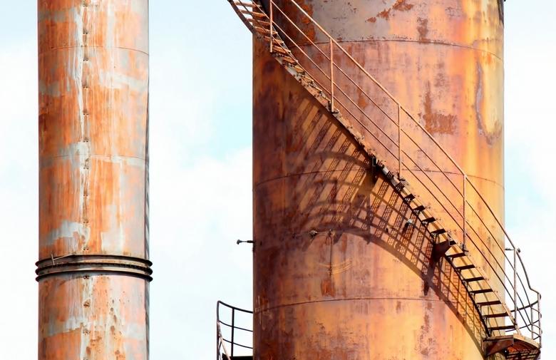 het oog-suikerfabriek - suikerfabriek terrein te halfweg; mooie roest-koperachtige kleuren met schaduw van de trap<br /> titel nav het op een oog met